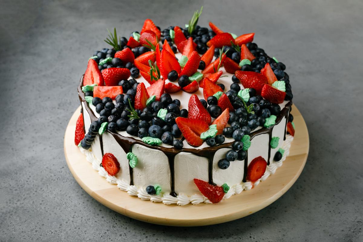 Торт клубника с черникой